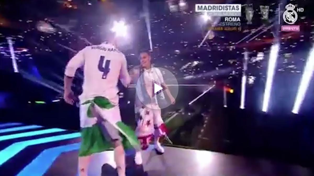 Saludo entre Lucas Vázquez y Sergio Ramos.