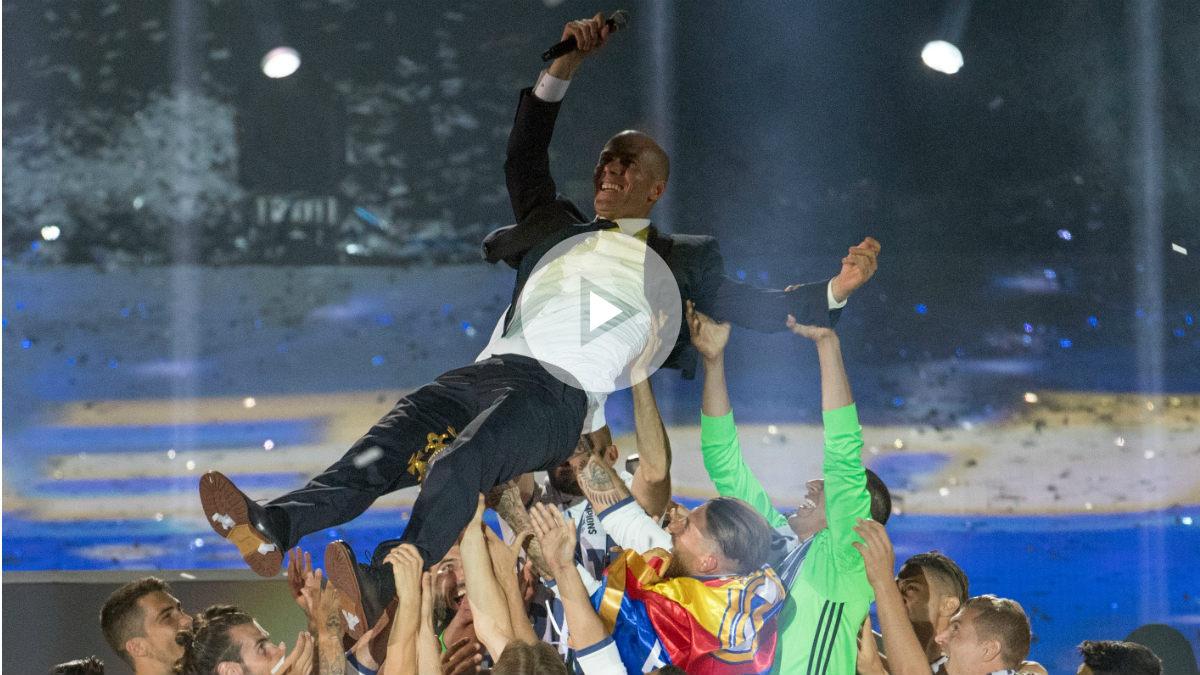 Los jugadores mantean a Zidane. (AFP)