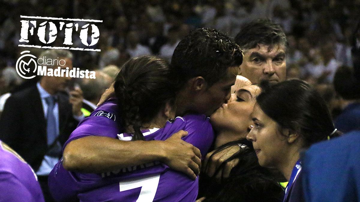Cristiano besa a Georgina Rodríguez en Cardiff. (Enrique Falcón)