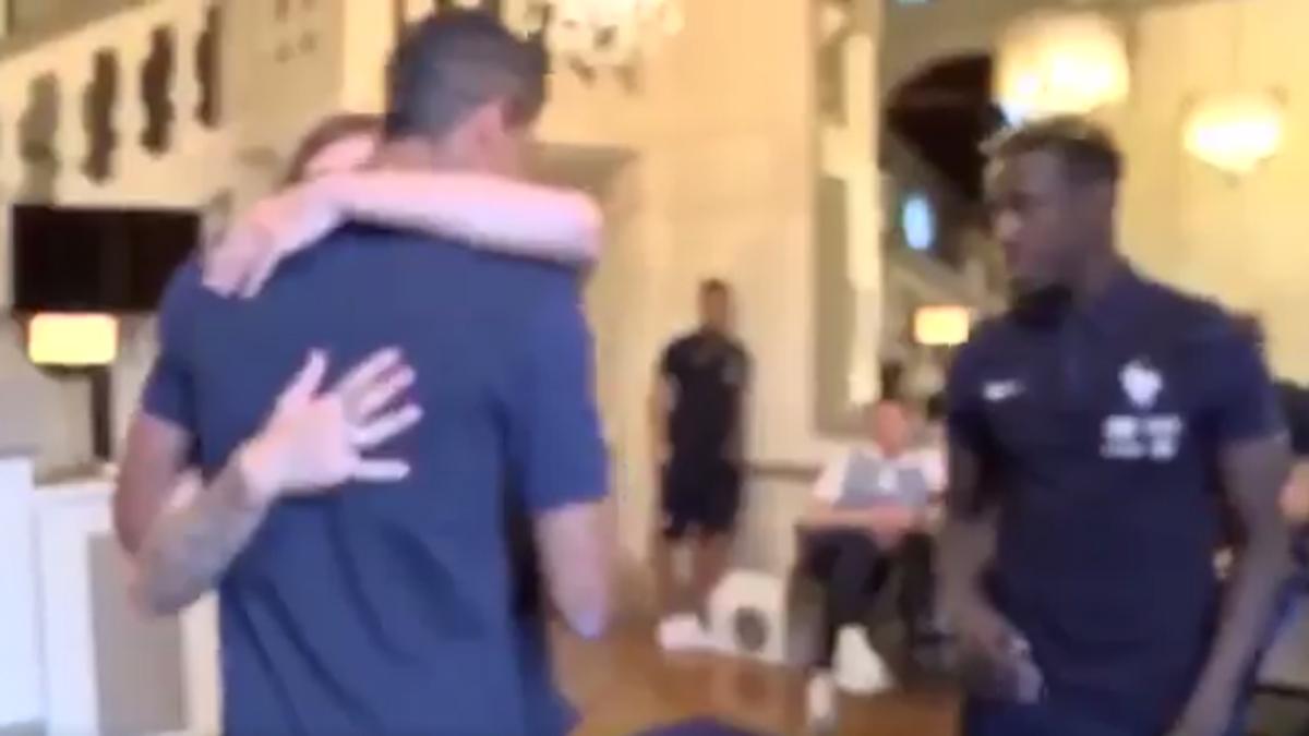 El momento del abrazo entre Griezmann y Varane.