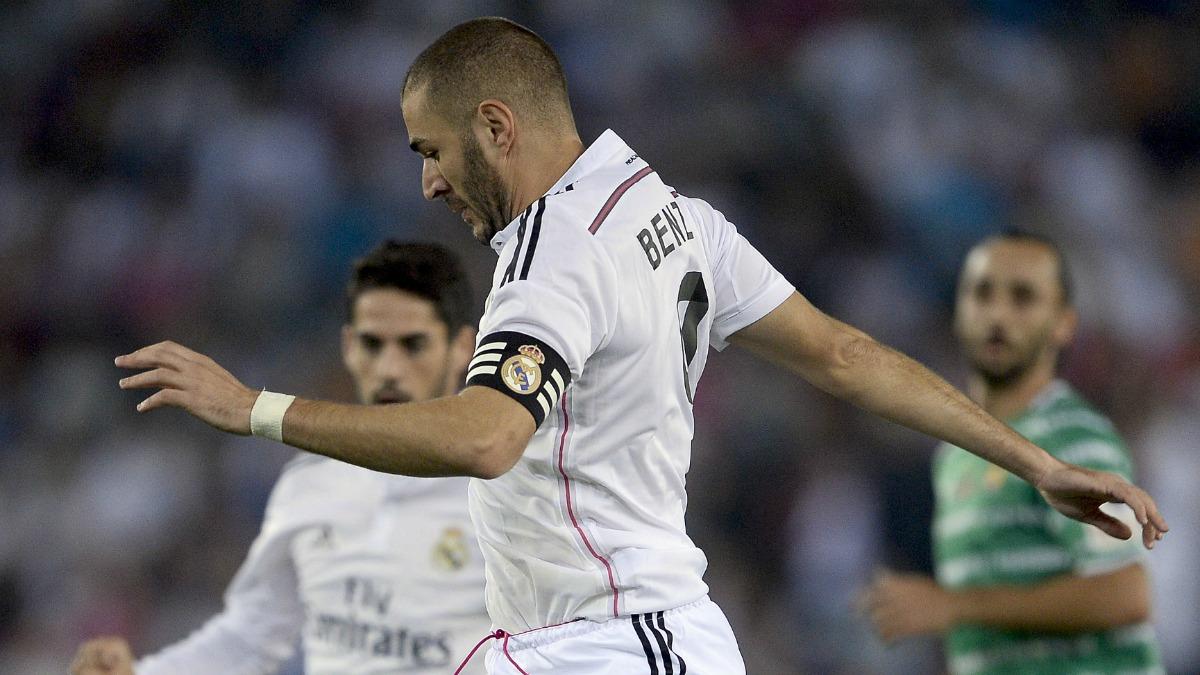 Benzema, con el brazalete de capitán del Real Madrid, durante un partido de Copa. (AFP)