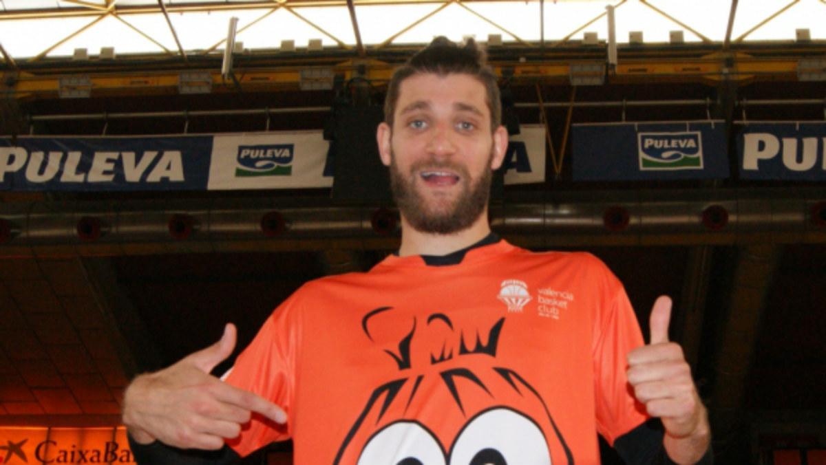 Antoine Diot posa con la camiseta del Valencia Basket en la Fonteta. (valenciabasket.com)