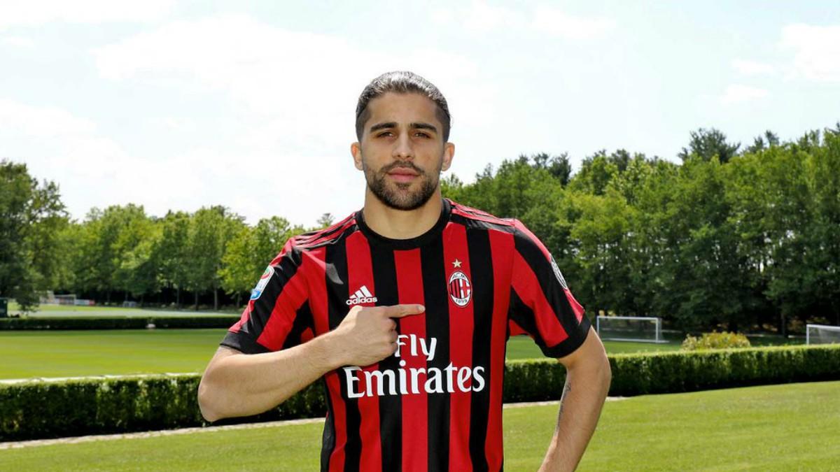 Ricardo Rodríguez posa con la camiseta del Milan.