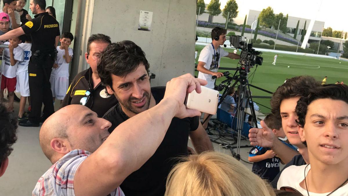 Raúl se fotografía con los madridistas que le aclamaron en Valdebebas.