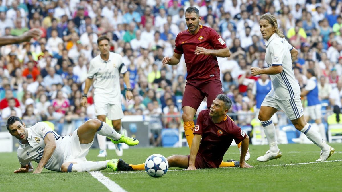 Jugadores de Real Madrid y Roma pelean por un balón. (EFE)