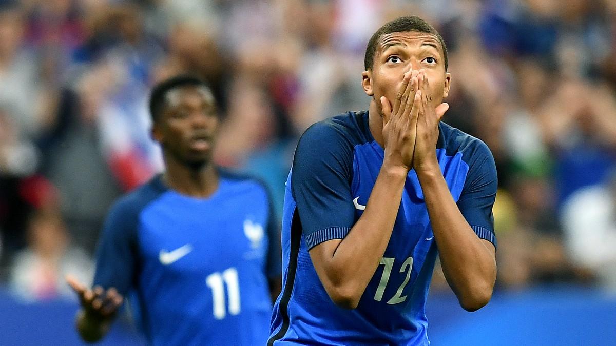 Mbappé lamenta una acción en el Francia-Inglaterra. (AFP)