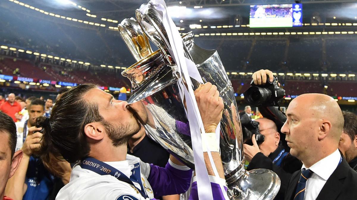 Bale, en Cardiff, besando la Copa de Europa (AFP).