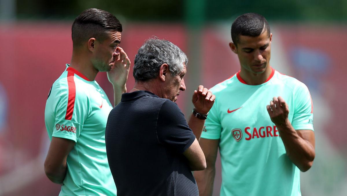 Fernando Santos, junto a Pepe y Cristiano Ronaldo. (AFP)