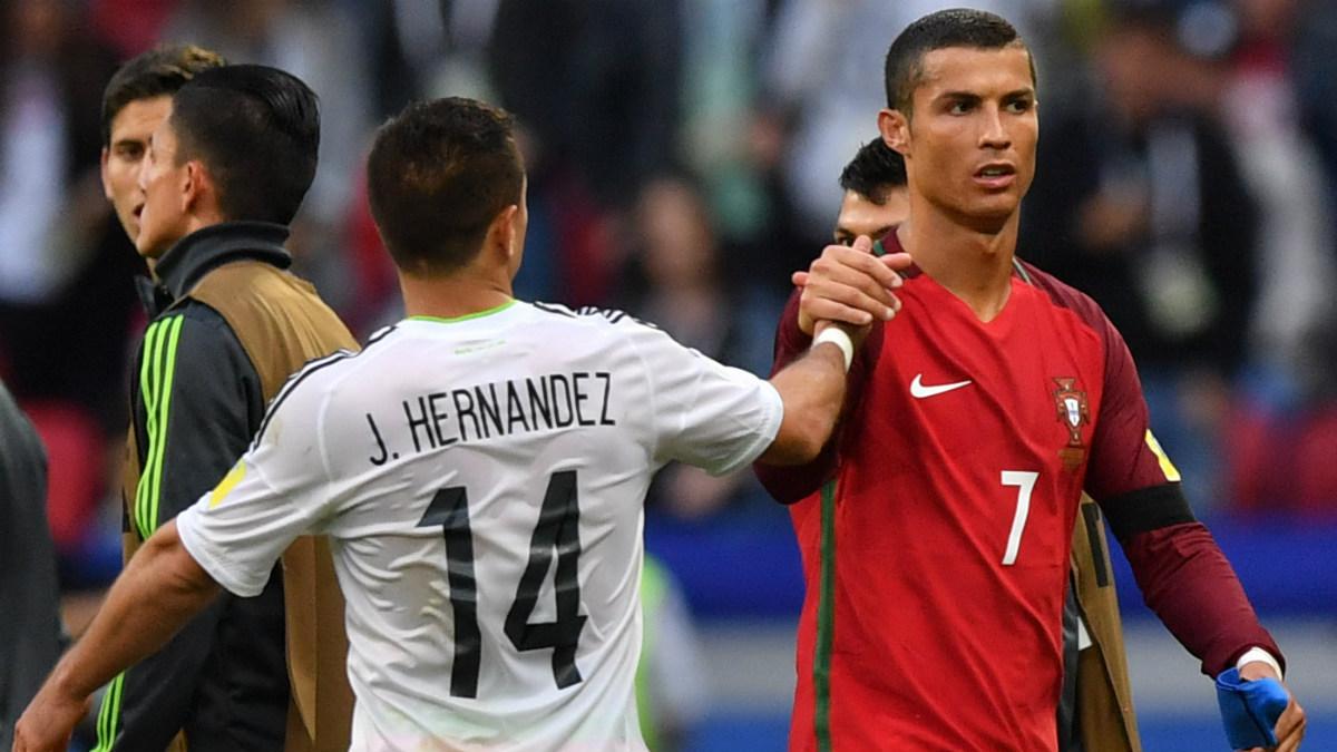 Cristiano saluda a Chicharito tras empatar en su estreno en la Confederaciones. (AFP)