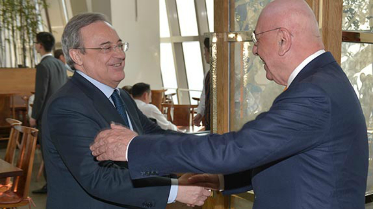 Florentino saluda a Galliani durante un encuentro entre ambos. (www.acmilan.com)