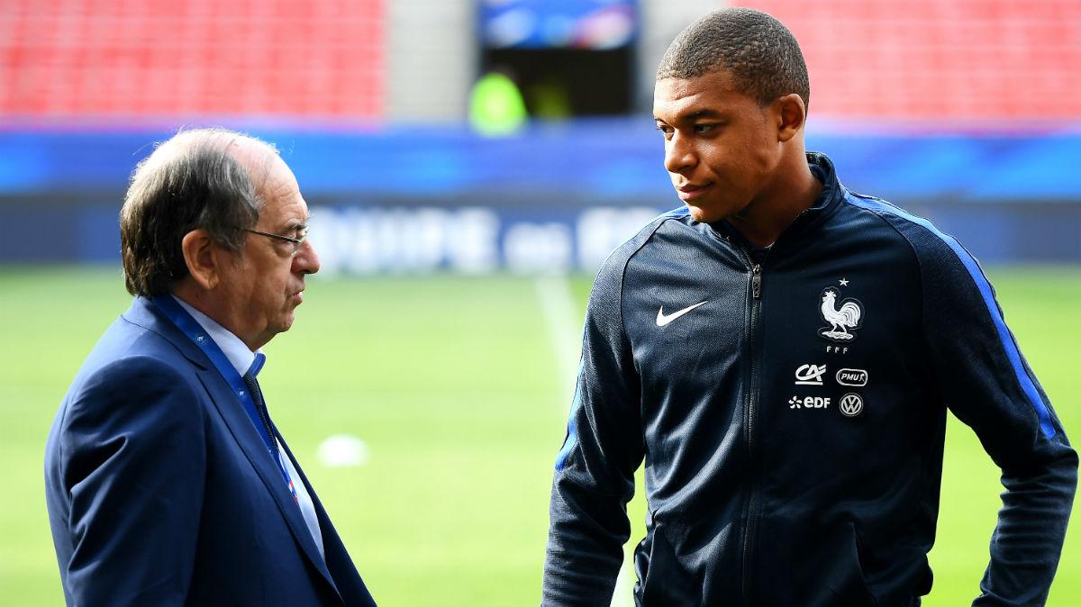 Noël le Graët, presidente de la Federación Francesa, habla con Mbappé. (AFP)