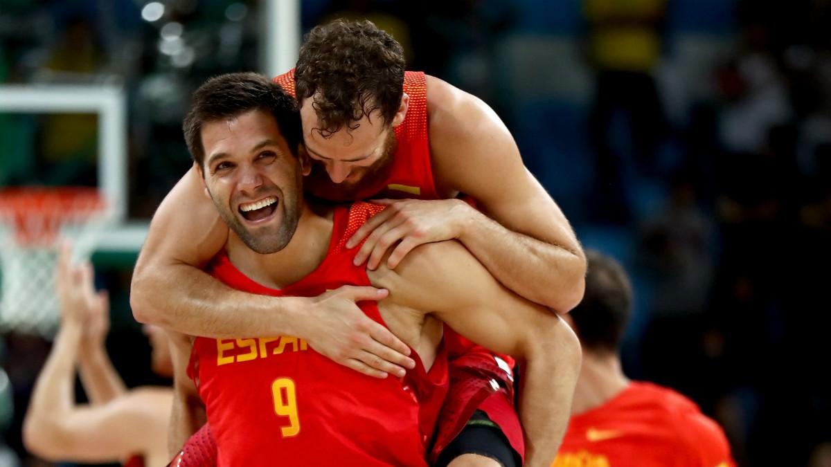 Felipe Reyes celebra junto a Sergio Rodríguez la medalla de bronce de España. (Getty)