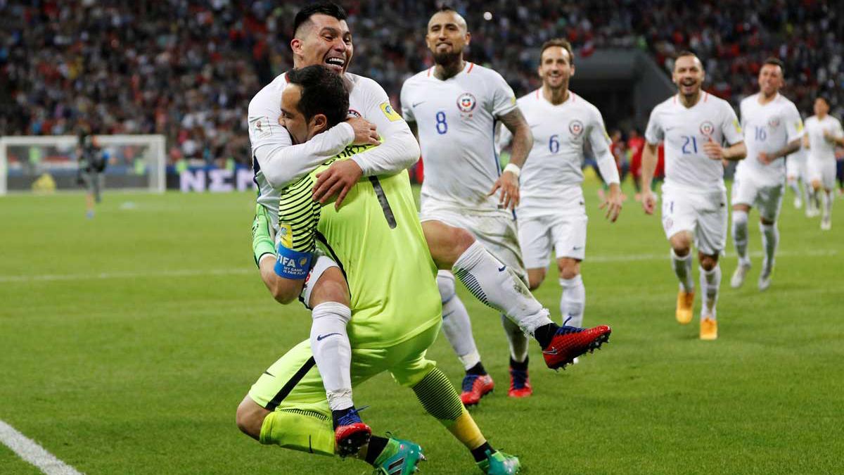 Medel y Bravo se abrazan tras lograr el pase a la final (AFP).