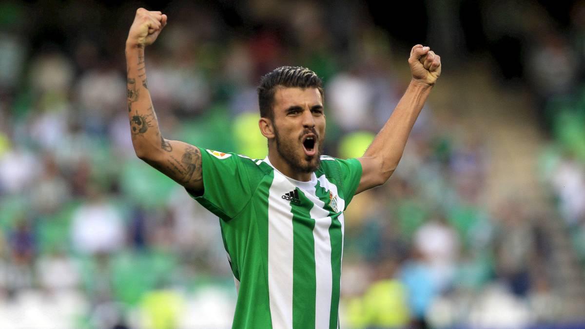 Dani Ceballos celebra un gol con el Betis esta temporada.