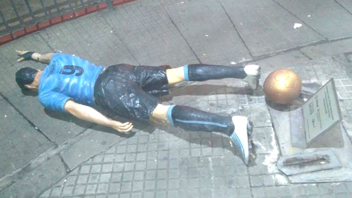 La estatua de Luis Suárez, en el suelo. (Twitter: @Subrayado)