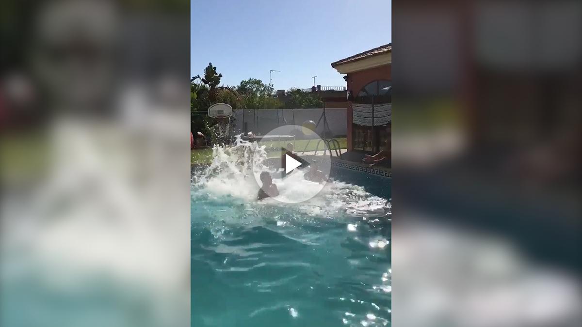 Dani Ceballos decide su futuro jugando en la piscina.