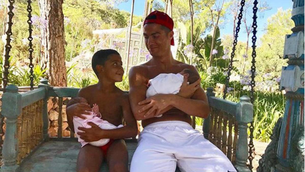 Cristiano Ronaldo posa junto a sus tres hijos por primera vez.