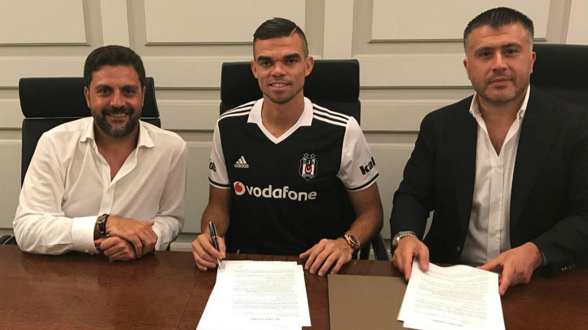 Pepe posa con la camiseta del Besiktas. (Besiktas)