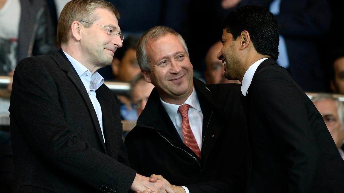 Rybolovlev (izquierda) saluda a Al-Khelaïfi (derecha) ante la presencia de Vasilyev (centro). (AFP)
