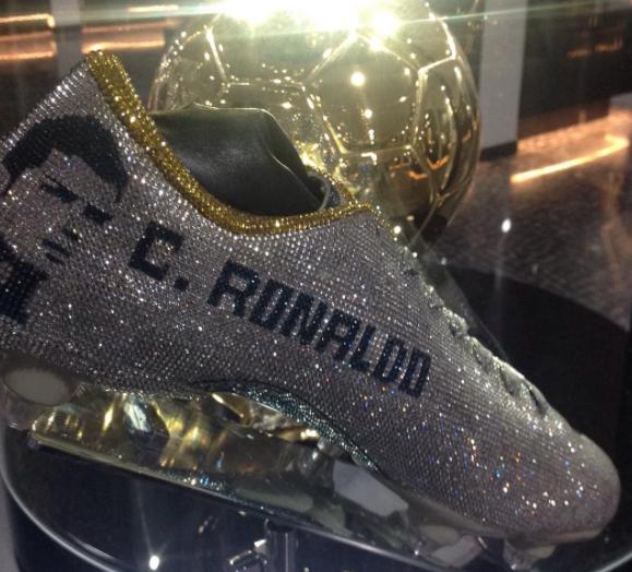 579c0fde61087 Las nuevas botas de Cristiano hechas de diamantes de Swarovski
