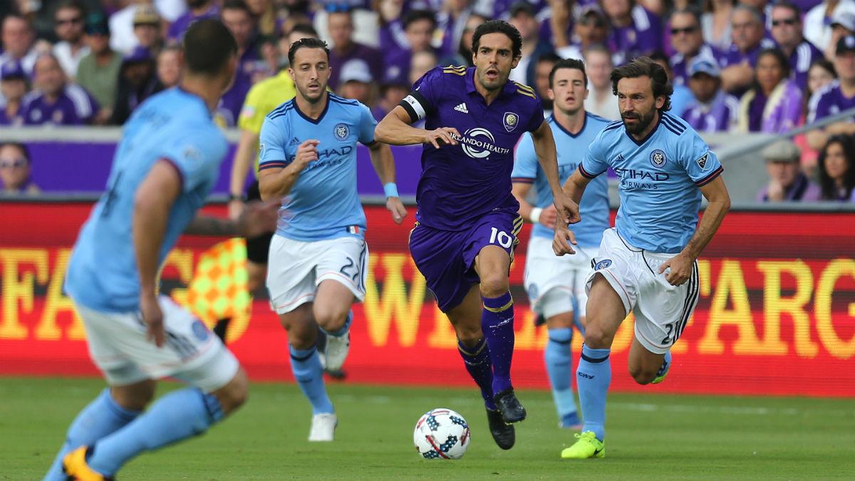 Kaká, perseguido por Pirlo y varios jugadores del New York City en la MLS. (AFP)