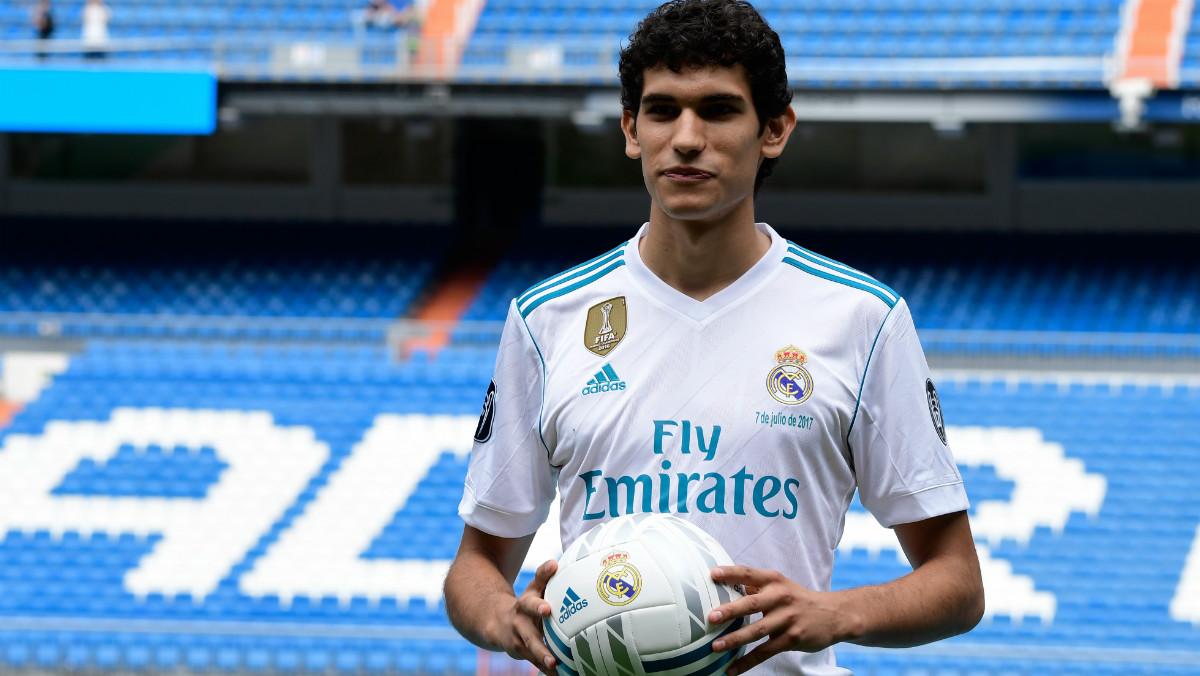 Vallejo posa en el Bernabéu con la camiseta del Real Madrid. (AFP)