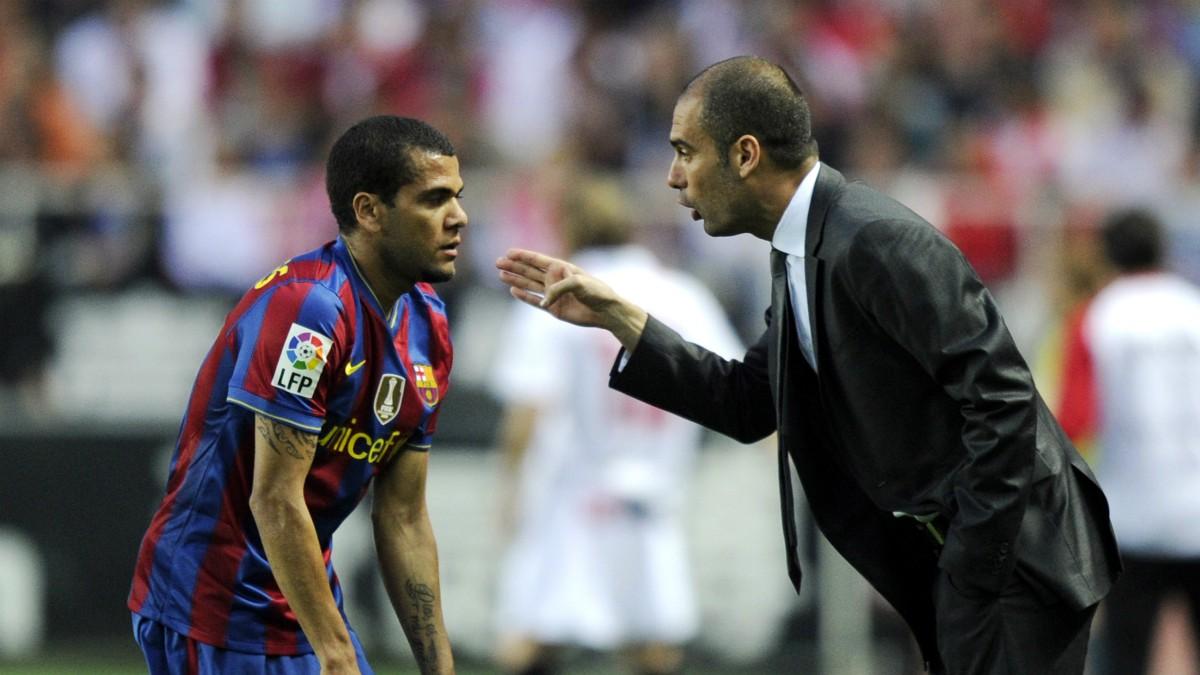 Dani Alves y Pep Guardiola, en su etapa en el Barcelona. (AFP)