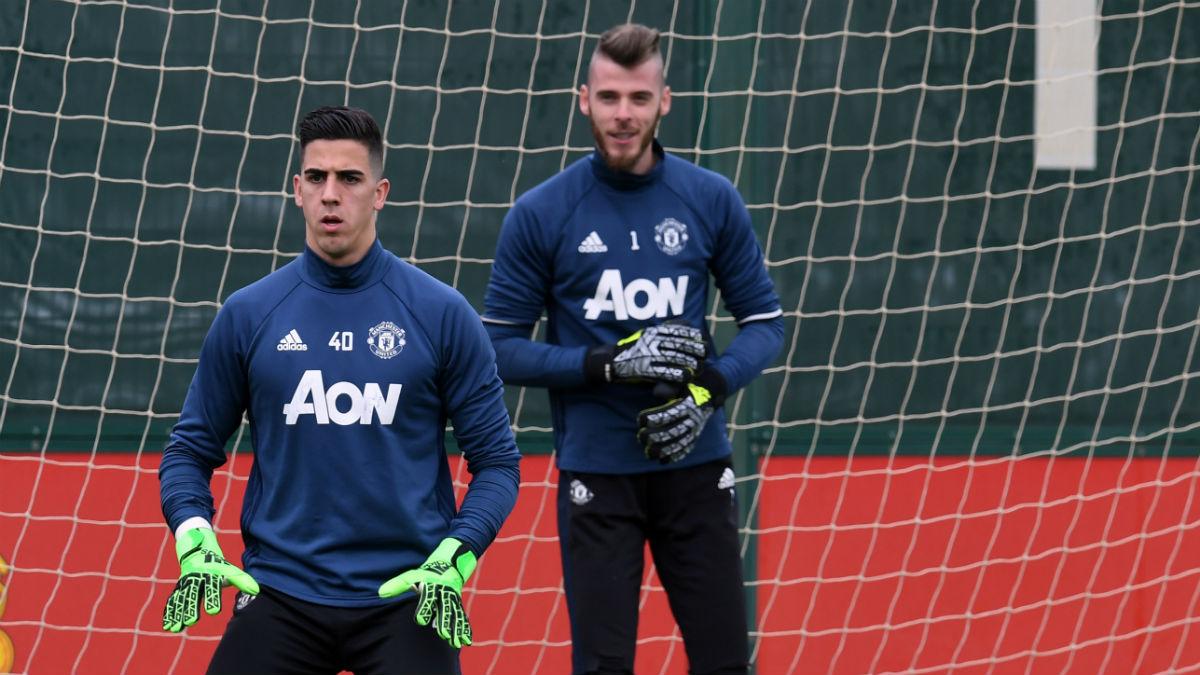 Joel Pereira entrena bajo la atenta mirada de De Gea. (AFP)