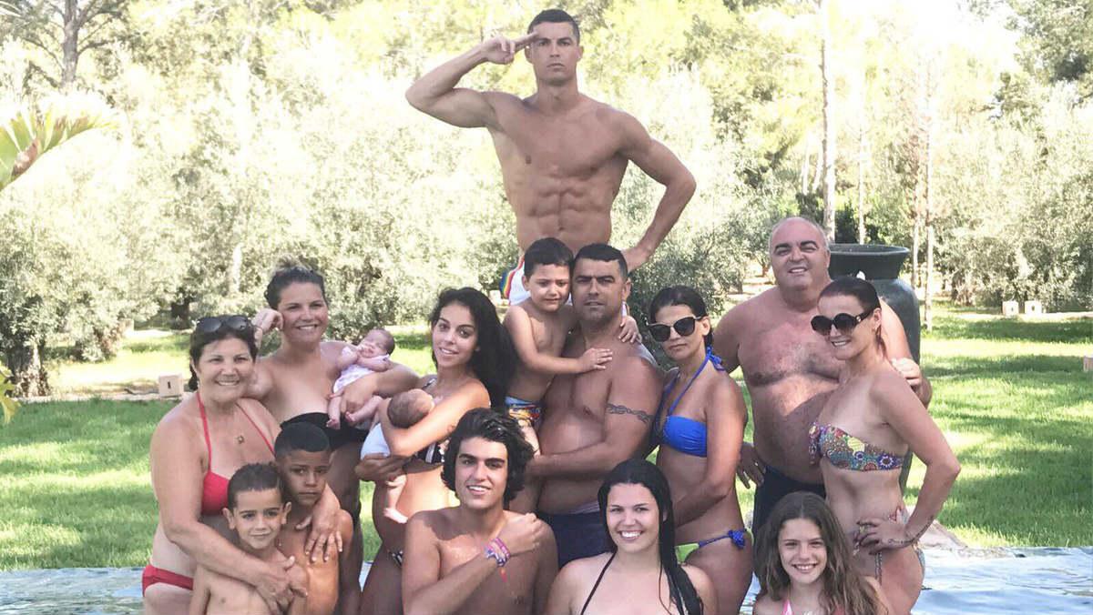 Cristiano Ronaldo posa como 'capitán general' de su familia.
