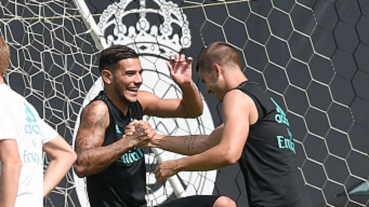 Theo Hernández y Álvaro Morata bromean durante un entrenamiento del Madrid en UCLA (Getty).