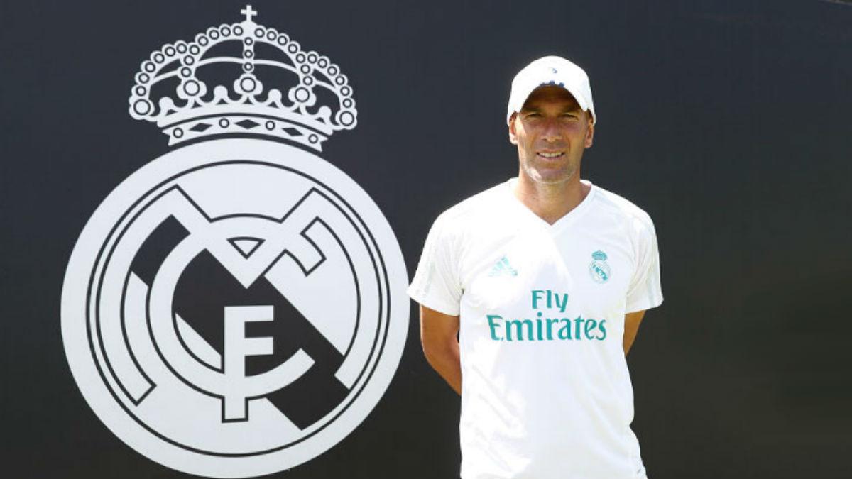 Zidane posa con el escudo del Real Madrid.