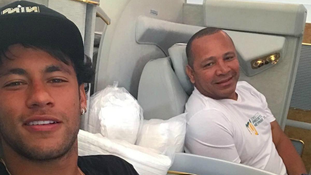 Neymar y su padre durante un viaje en avión. (Instagram)