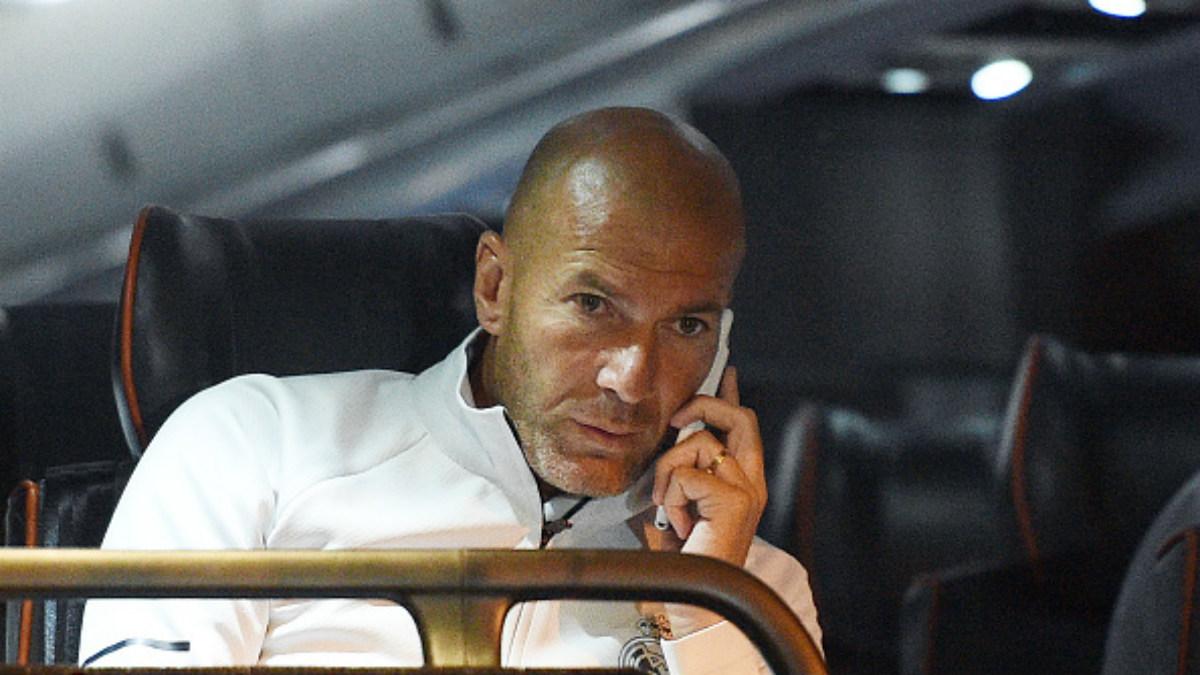 Zinedine Zidane atiende al teléfono en el bus del equipo en Los Ángeles (Getty).