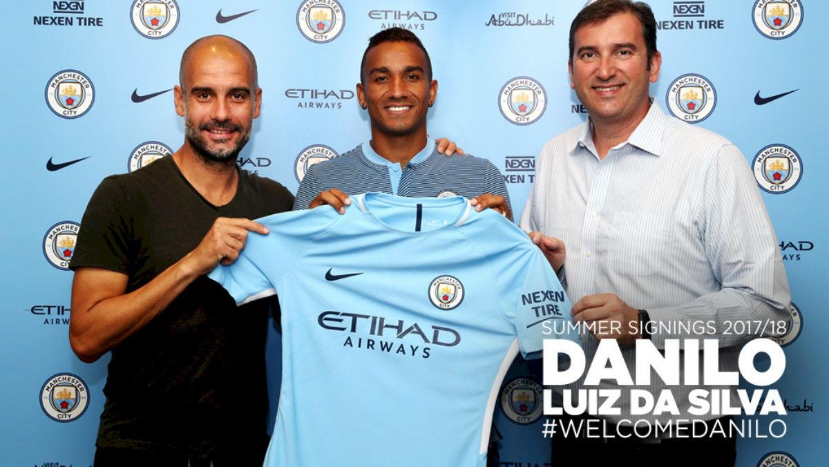 Danilo posa con la camiseta del City.