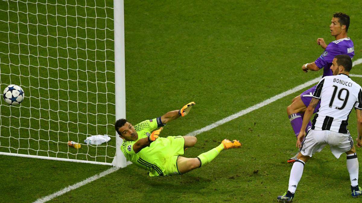 Bonucci se rinde ante Cristiano Ronaldo. (AFP)