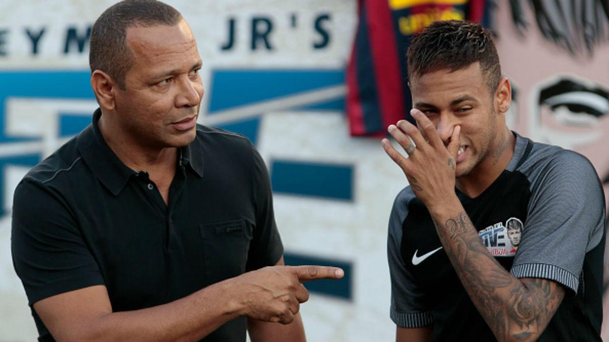El padre de Neymar dialoga con su hijo en un entrenamiento reciente.