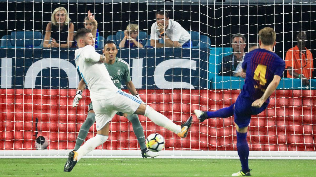 Sergio Ramos trata de evitar el gol de Rakitic. (Getty)