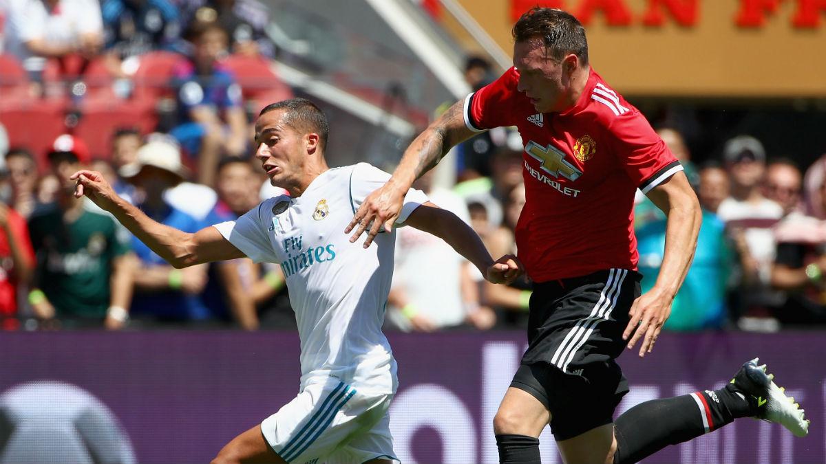 Phil Jones disputa un balón con Lucas Vázquez. (Getty)