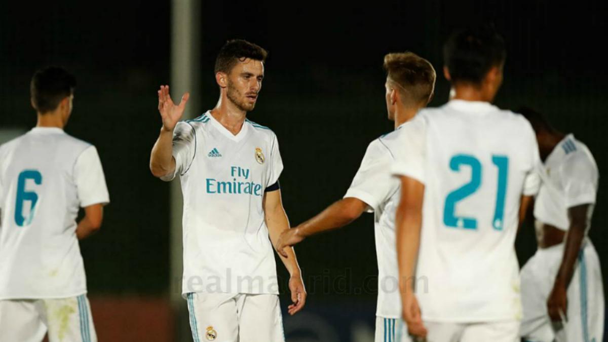 Los jugadores del Castilla se saludan tras el partido. (realmadrid.com)