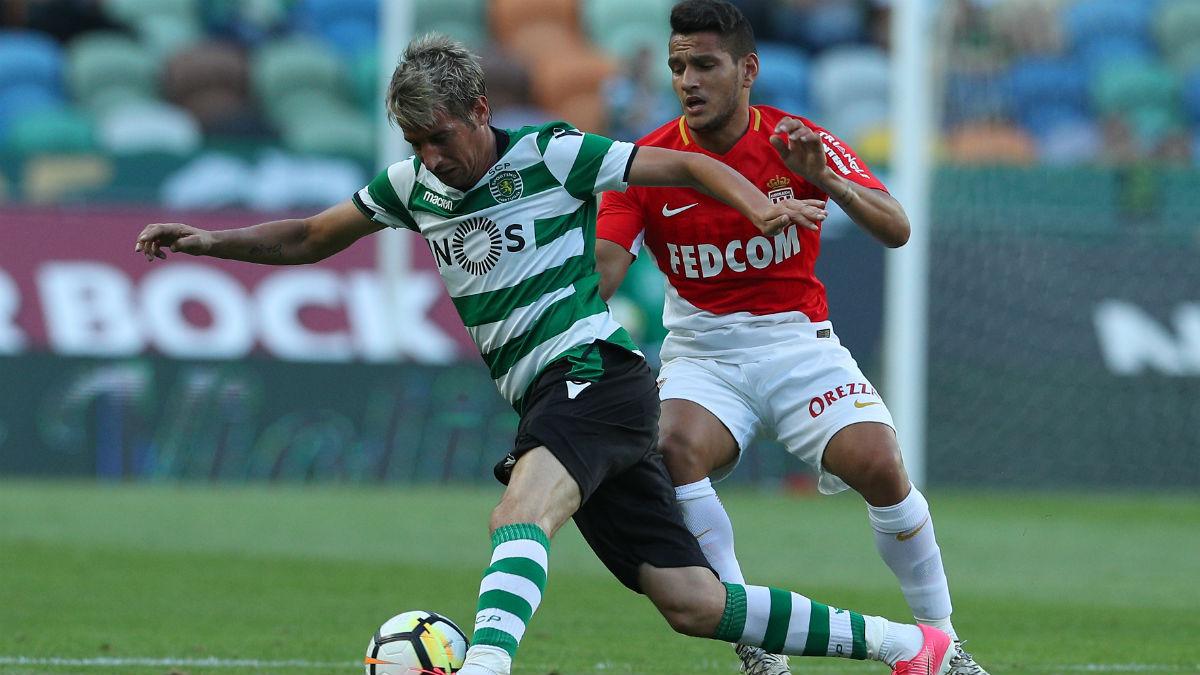Coentrao maneja el balón durante un amistoso frente al Monaco (Getty).