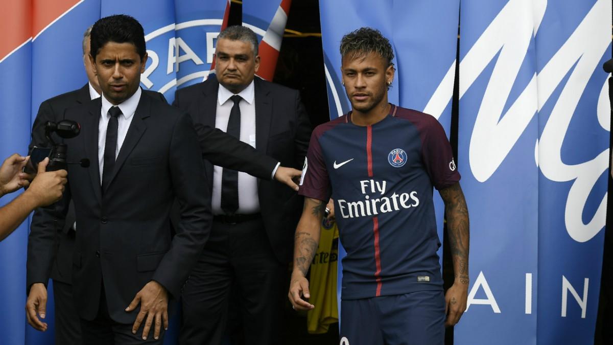 Neymar y Al-Khelaifi, en la presentación del jugador del PSG. (AFP)