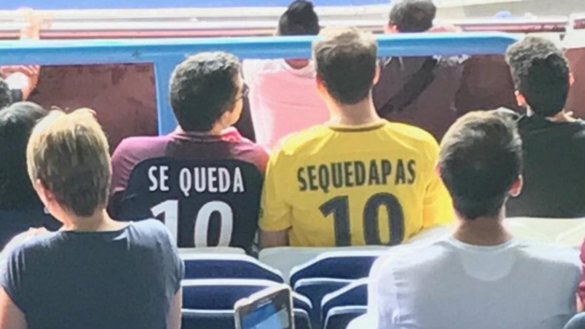 Los aficionados del PSG lucen las camisetas en homenaje a Piqué.