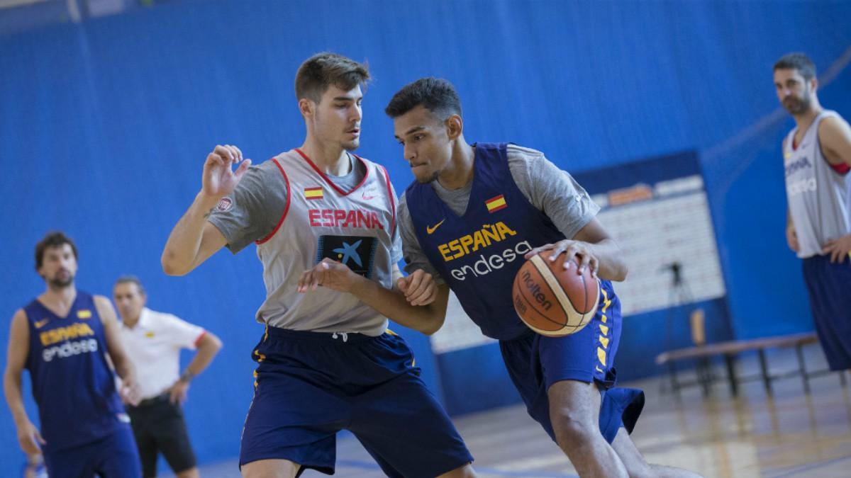 Sáiz, junto a Hernángomez en el entrenamiento de la selección española. (FEB)