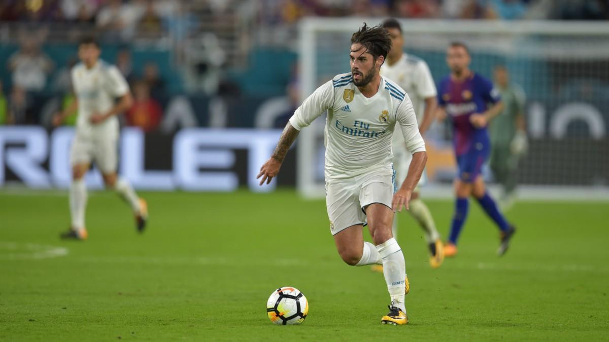 Isco, en acción en el partido frente al Barcelona. (AFP)