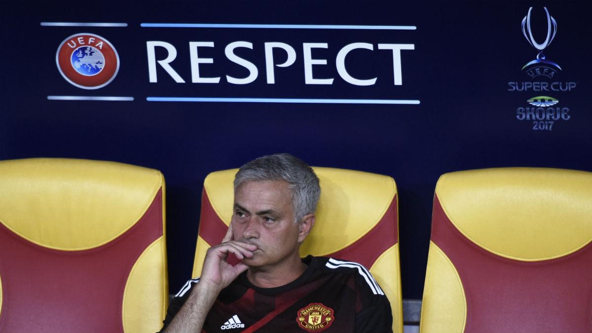 Mourinho, pensativo en la Supercopa. (AFP)