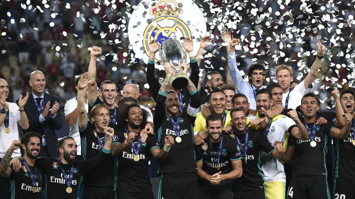 Sergio Ramos levanta la Supercopa de Europa. (AFP)