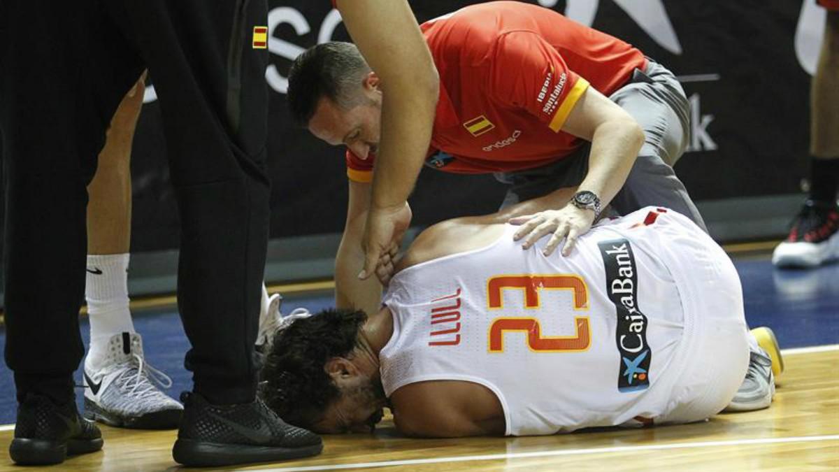 Llull, atendido por los médicos tras su lesión. (FEB)