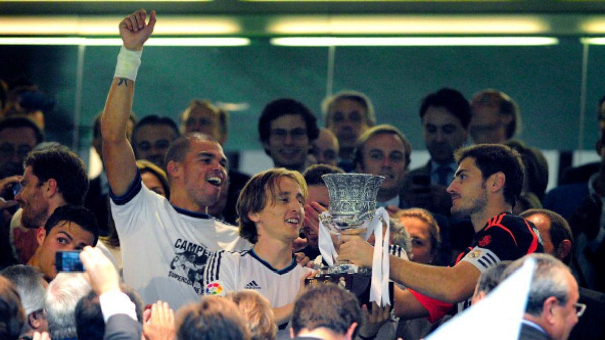 Casillas, junto a Modric y Pepe, levanta la última Supercopa lograda por el Real Madrid en 2012 (Getty).