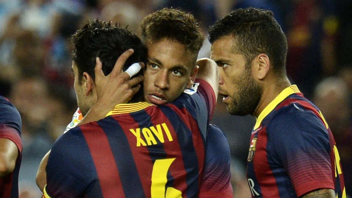 Xavi se abraza con Neymar en uno de sus últimos partidos con el Barcelona. (AFP)