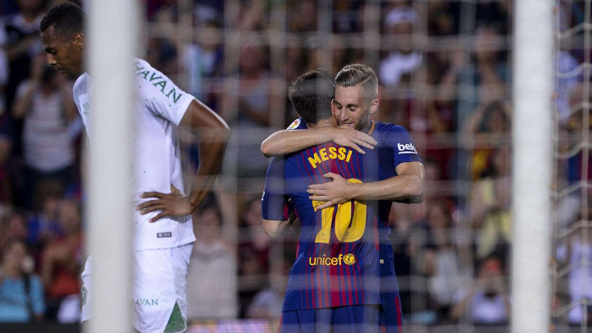 Deulofeu abraza a Messi en un partido reciente. (AFP)